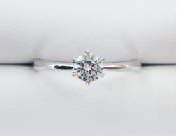 ストレートライン 一番スタンダードなデザインで、結婚指輪と重ねづけもしやすいデザインです。